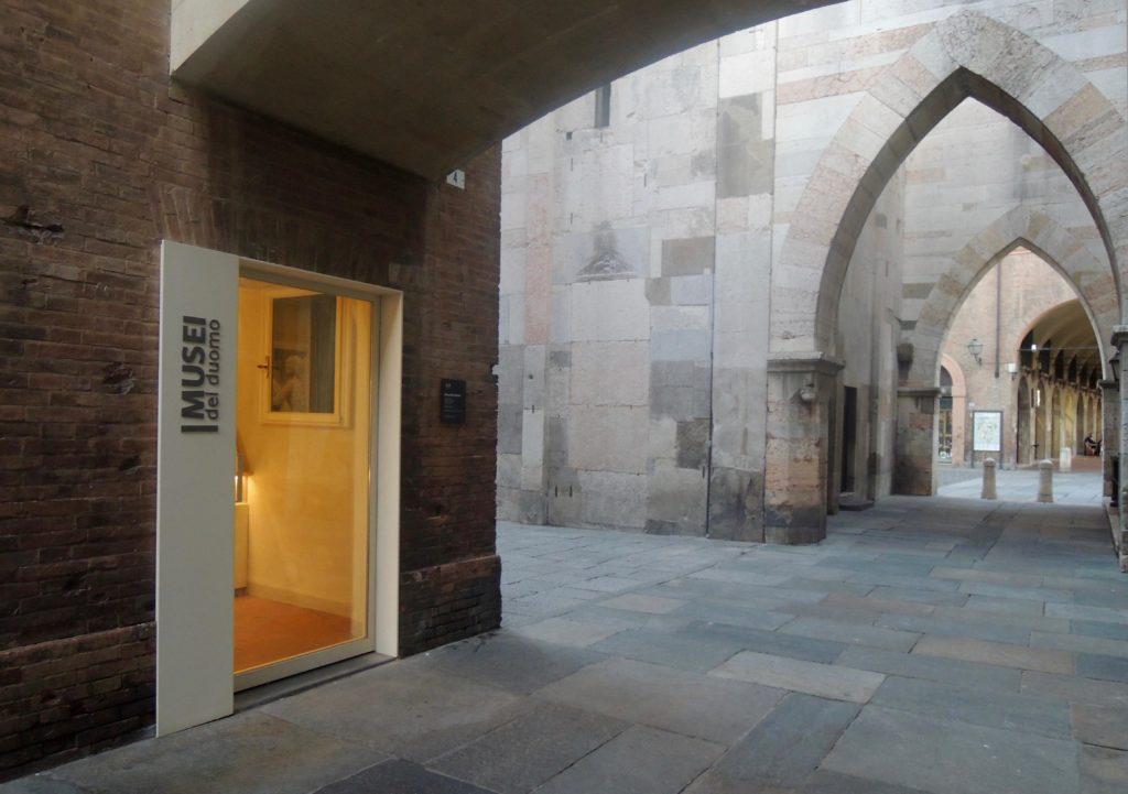 musei duomo esterno verso archi gotici della Torre